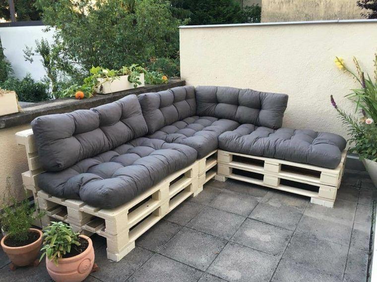 Mobili Con Pallets : Zona esterna arredata con mobili con pallet composti da un divano