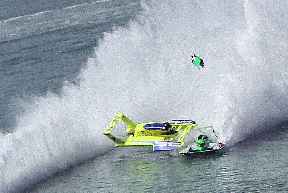 Hydroplane crash at Qatar: Peters and May hits the green