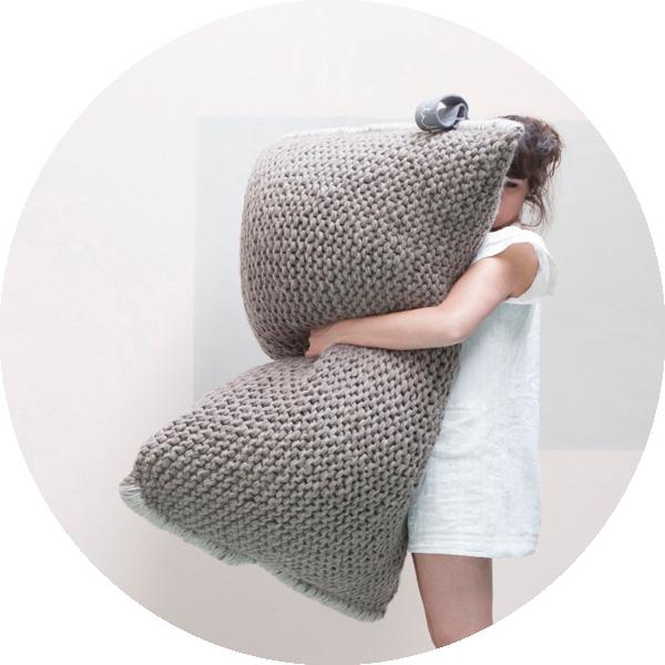pouf en tricot Nest .:serendipity.fr:. | Kussen | Pinterest | Tricot ...