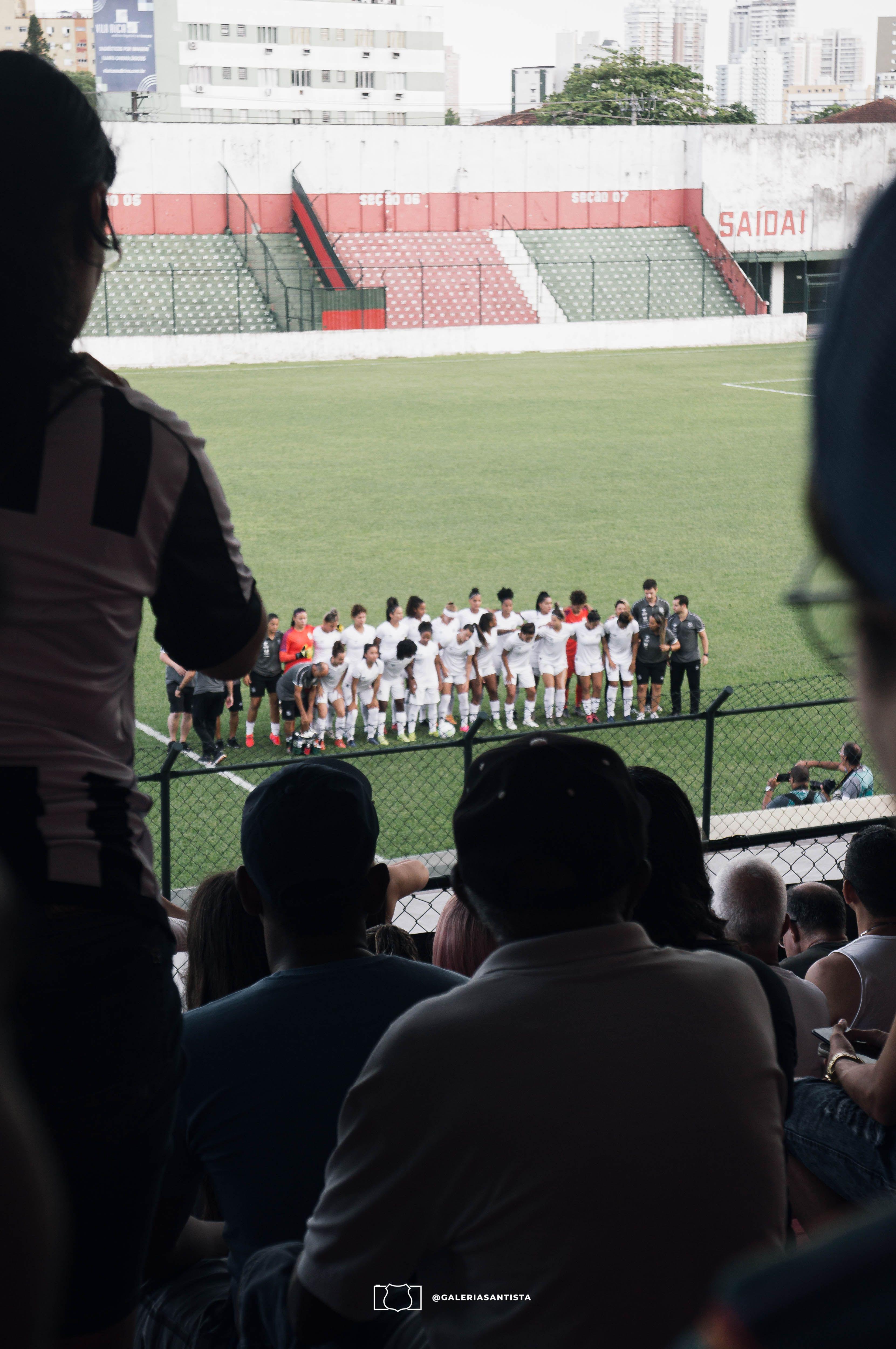 Sereias da Vila posando para a foto pré_jogo x Flamengo em