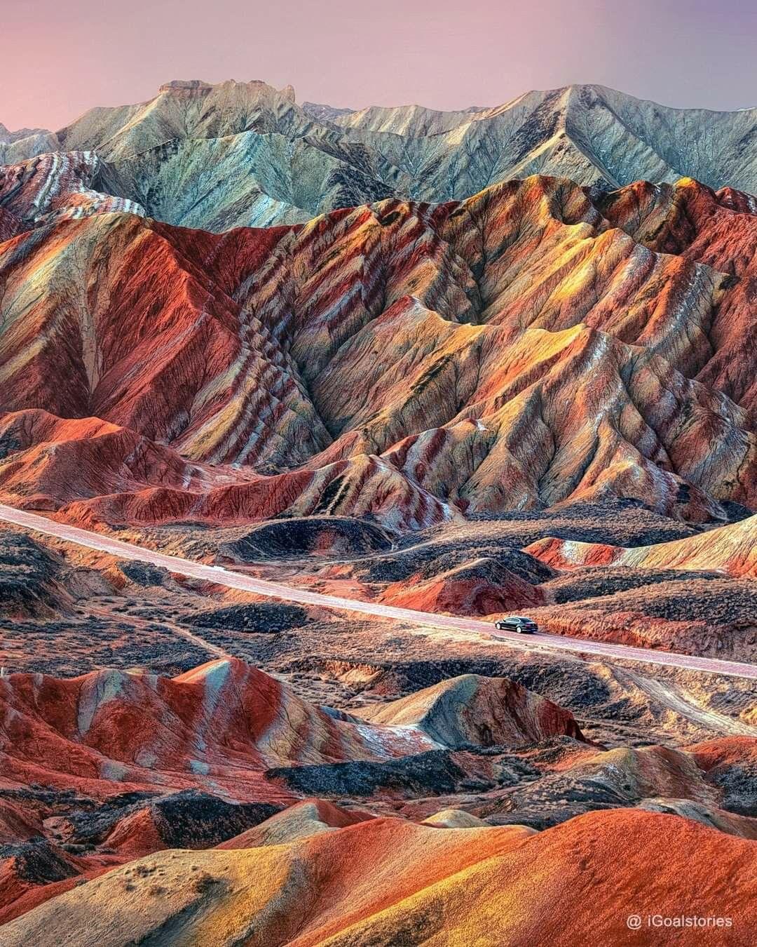 جبال دانكسيا الملونة فى الصين تسمى أيضا جبال قوس قزح من أعجب التكوينات الجيولوجي ة تتميز صخورها بتدرجات Colorful Mountains Zhangye Danxia Landform