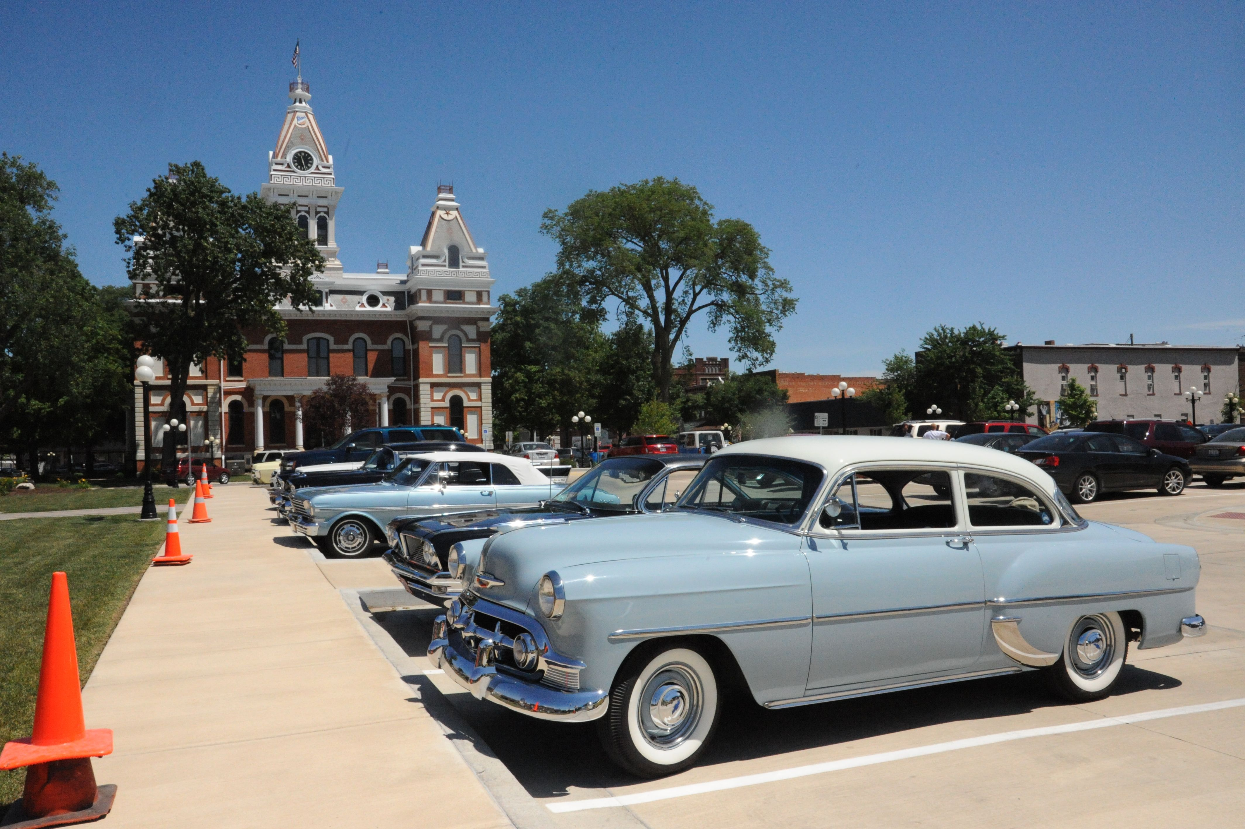 Classic cars with Livingston County Courthouse in background.