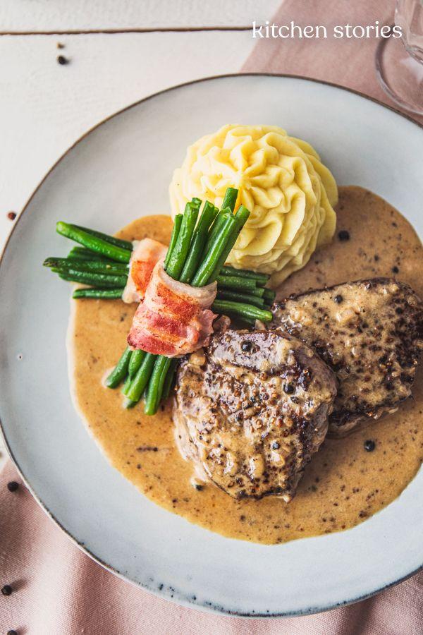 Klassisches Steak au poivre (Französisches Pfeffersteak) mit Kartoffelpüree und grünen Bohnen #greenpeppers