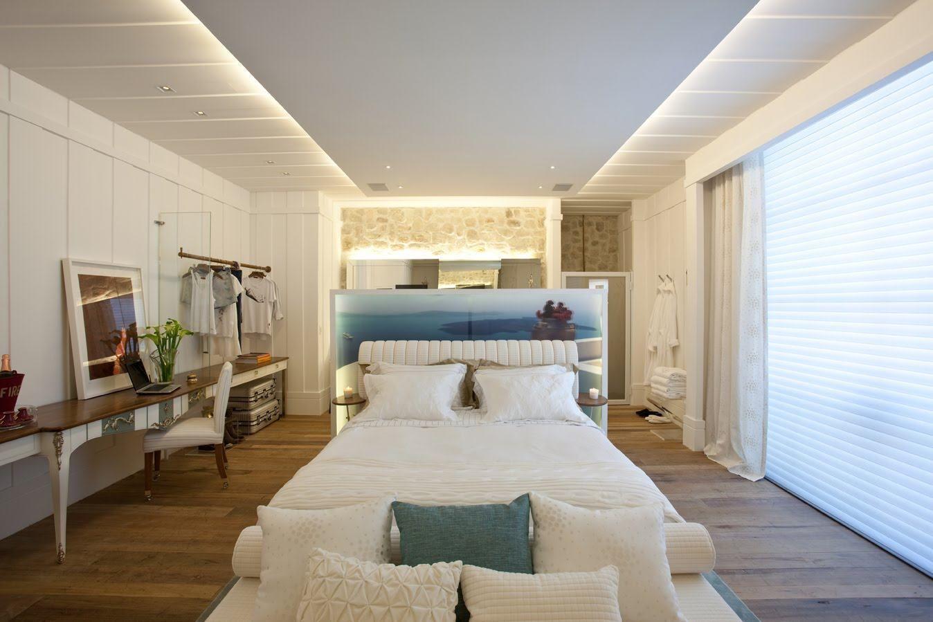 Mesmo seguindo a linha rústica, o quarto consegue demonstrar o luxo em cada detalhe
