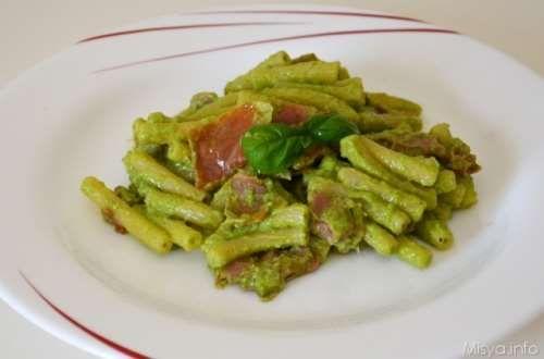 Primi piatti veloci ricette Pasta con prosciutto crudo e pesto di zucchine