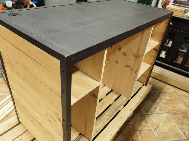 Mostrador a medida de pino con hierro en color negro for Muebles artesanales