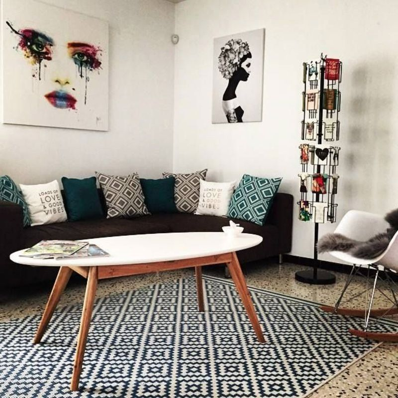 salon inspiration scandinave avec table basse pieds compas plateau blanc et tapis g om trique. Black Bedroom Furniture Sets. Home Design Ideas