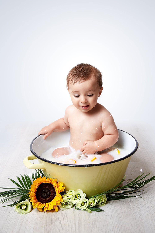 foto de Photo de bébé dans un bain de lait, agrumes et fleurs . Photo bébé ...