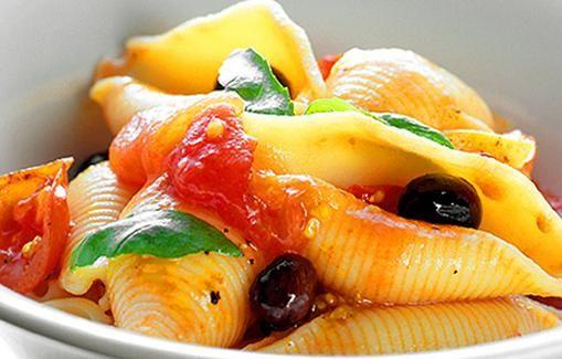 Pastaa tomaattien ja oliivien kera