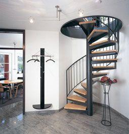 Una escalera de caracol en un espacio de dise o y elegante - Escaleras en espacios reducidos ...