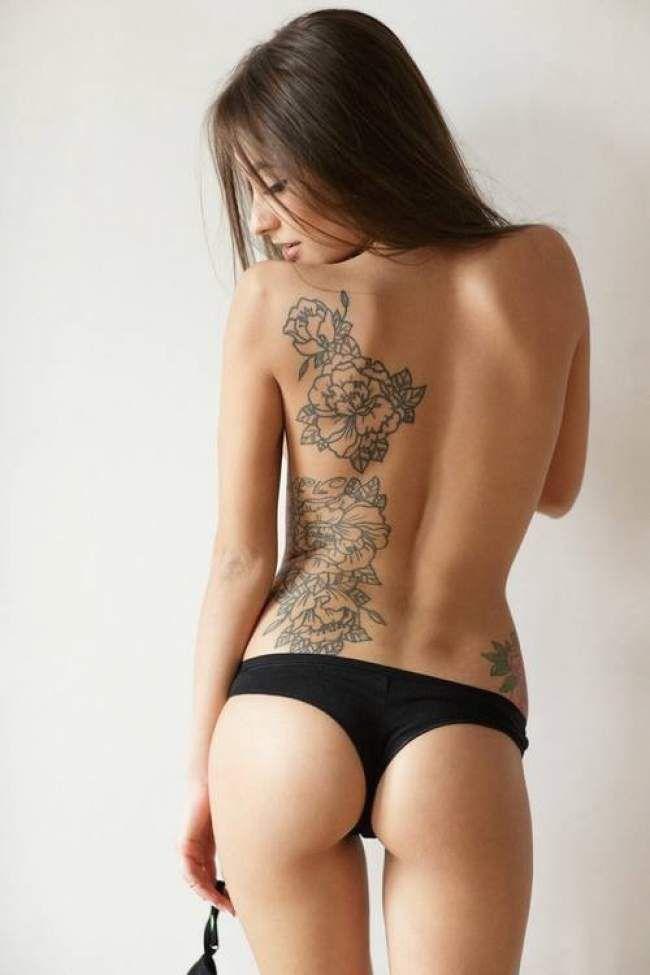 tatouage de femme tatouage envol e d 39 oiseaux noir et gris sur nuque roses. Black Bedroom Furniture Sets. Home Design Ideas