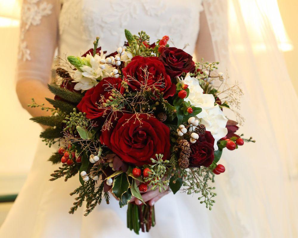 15 Bouquet Ideas Perfect For Winter Weddings Christmas Wedding Flowers Winter Wedding Bouquet Flower Centerpieces Wedding