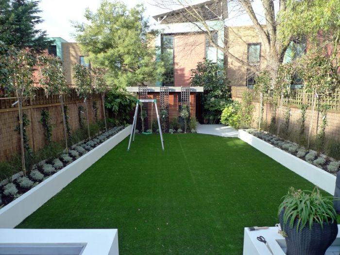 Zwei Symmetrische Reihen Von Pflanzen An Dem Zaun, Grüner Rasen Moderner  Vorgarten