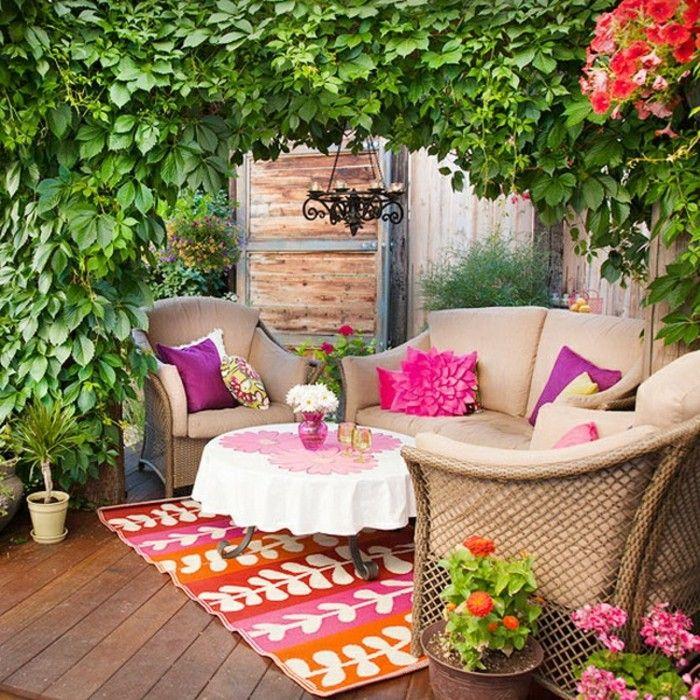 arredare-terrazzo-mobili-da-esterno-rattan-cuscini-viola-piante ...