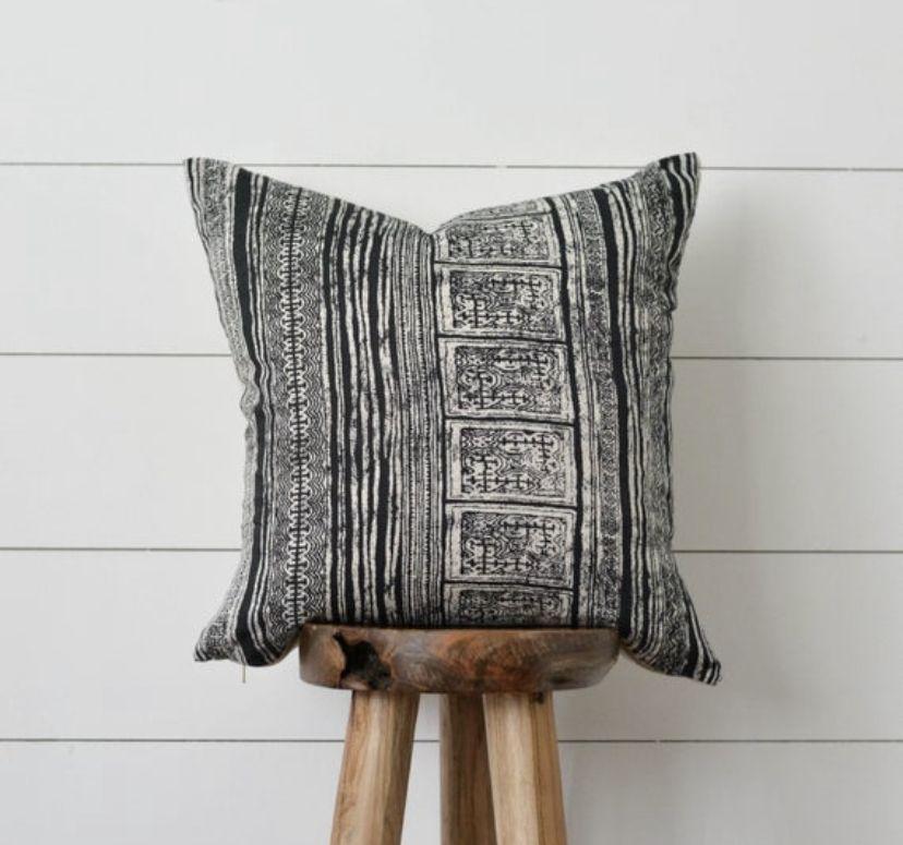 Global stripe pillow with linen back.   #pillows #throwpillows #pillowcovers #cushion #livingroom #livingroomideas #neutralhomedecor #globaldecor #bohodecor #blackandwhite