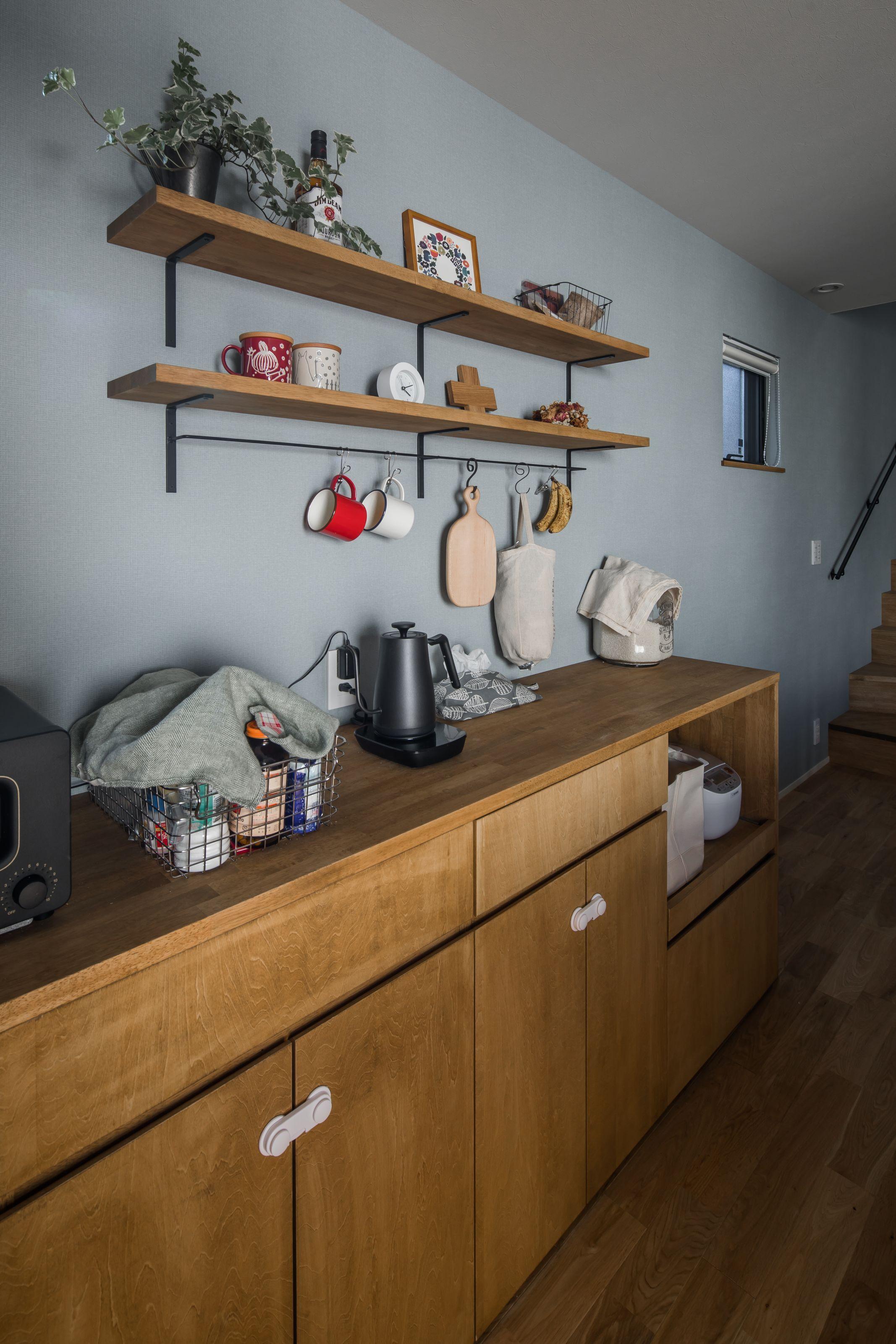 造作した収納力のあるカップボードと見せる飾り棚でつくる一つだけの