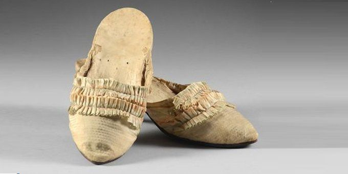 A Marie antoinette's pair of shoes sold 43 225 €