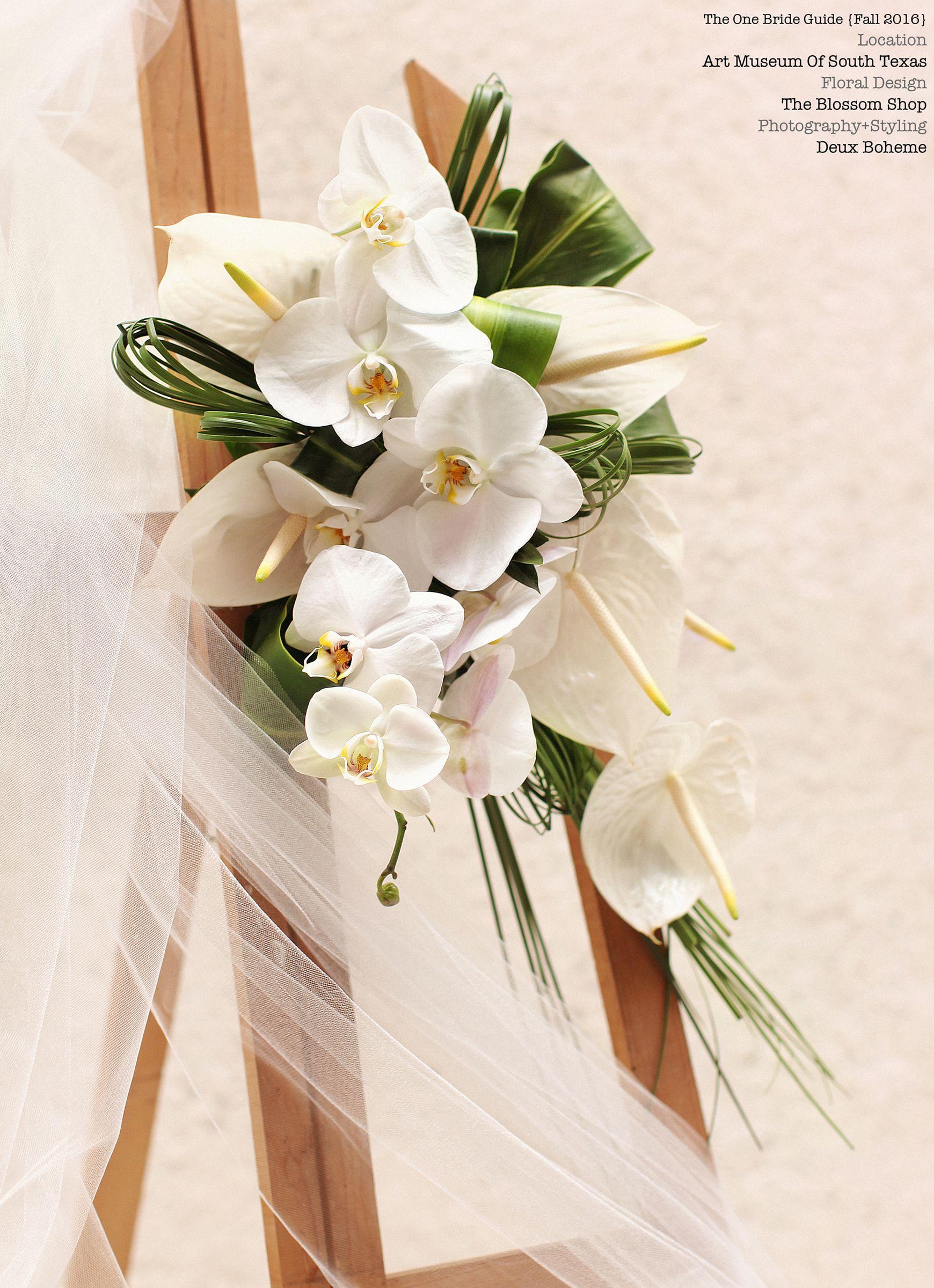 Avant Garde bouquet. Contemporary floral design, artistic bridal, minimalist wedding inspiration. Modern art bride. Photography by www.deuxboheme.com