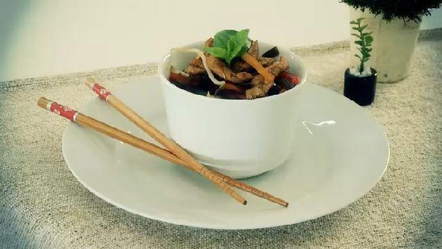 Como cozinhar vegetais na panela wok com frango   eHow Brasil