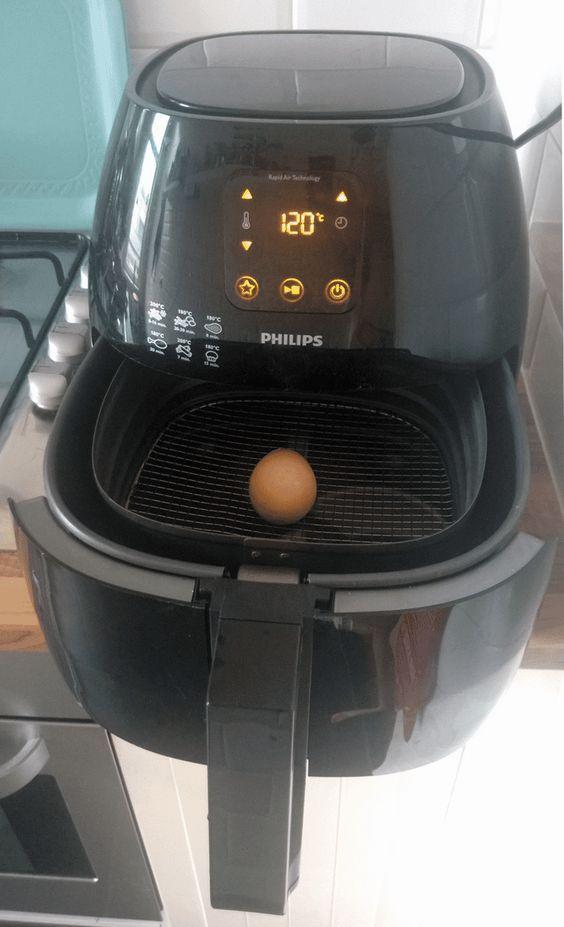 Op internet heb ik al flink wat berichten gezien van mensen die zich afvragen of ze een ei in de Airfryer kunnen bereiden. Ik heb het geprobeerd en zal in dit bericht het resultaat delen. Ik kan al wel vast zeggen dat het inderdaad kan! Lees hieronder hoe je je Airfryer in een Eifryer omtovert. …