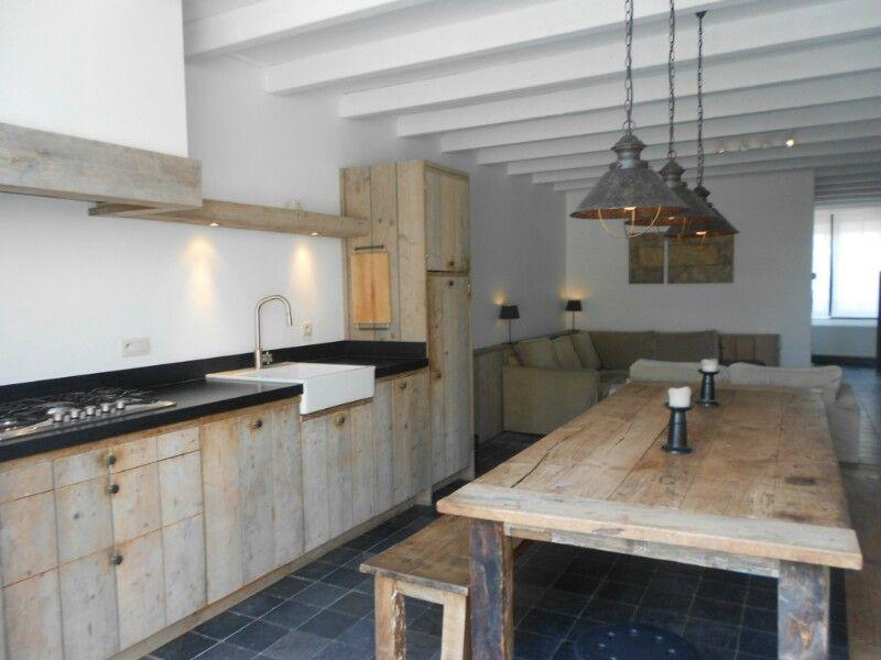 G combinatie van houten keuken met donkere buitenvloer en witte balkenplafond verlichting boven - Keuken witte tafel ...