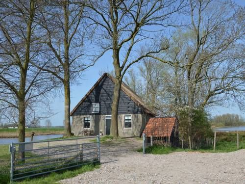 Het Biesbosch huisje Hooge Zwaluwe Het Biesbosch huisje is a holiday home with a patio, situated in Hooge Zwaluwe. It provides free private parking.  A dishwasher and a fridge can be found in the kitchen and there is a private bathroom. A TV is provided.