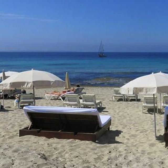 Cuando se juntan las ganas de conocer y el mejor precio, hay que #viajar ¿Conoces Ibiza? #colombia #rumba