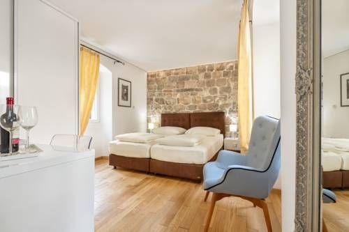 Room Piaceta - Implanté dans le palais de Dioclétien, site protégé par l'UNESCO à Split, l'établissement Room Piaceta vous propose des chambres climatisées dotées d'une connexion Wi-Fi gratuite. Adresse Room Piaceta: Priora Petra 6 21000 Split