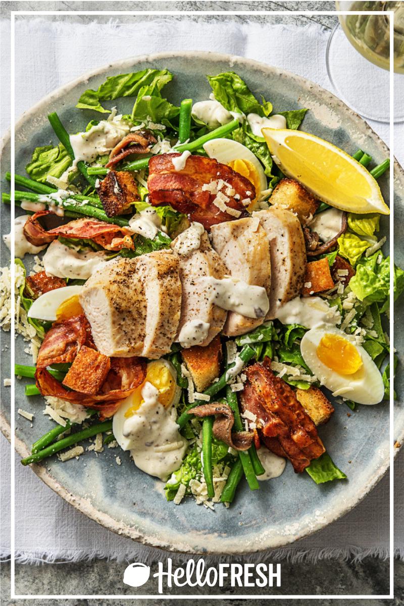 Salade césar de luxe au poulet Avec du lard, des anchois et des croûtons