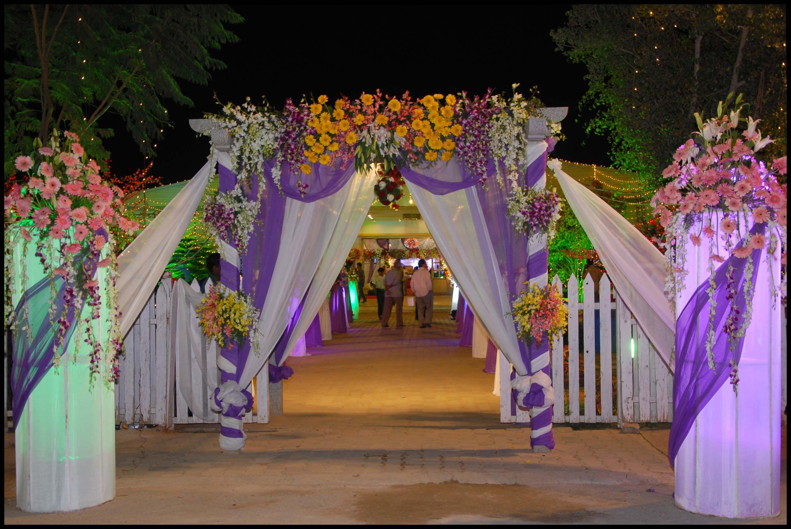 Wedding flower gate decoration http whatstrendingonline for Latest wedding hall decoration