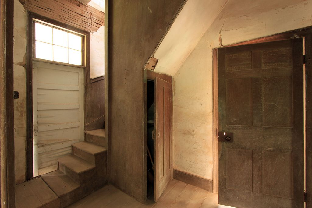 Best Servant Stairs In 2020 Stairs Abandoned Houses Renovation 640 x 480