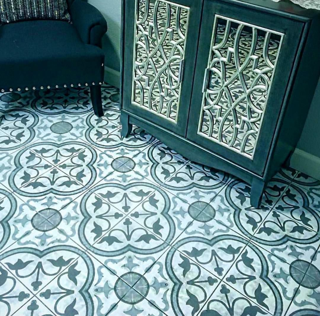 #COLOR TIP: a simpler color palette gives you the opportunity to choose any #pattern you'd like! This bold #tile is the perfect example. It is the most important pattern in the room, using only one color, and it looks great!