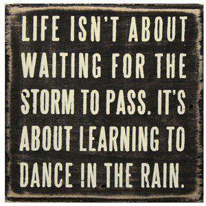 La vida no consiste en esperar a que la tormenta pase sino en aprender a bailar bajo la lluvia...