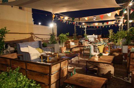 Una terraza de verano con muebles vintage