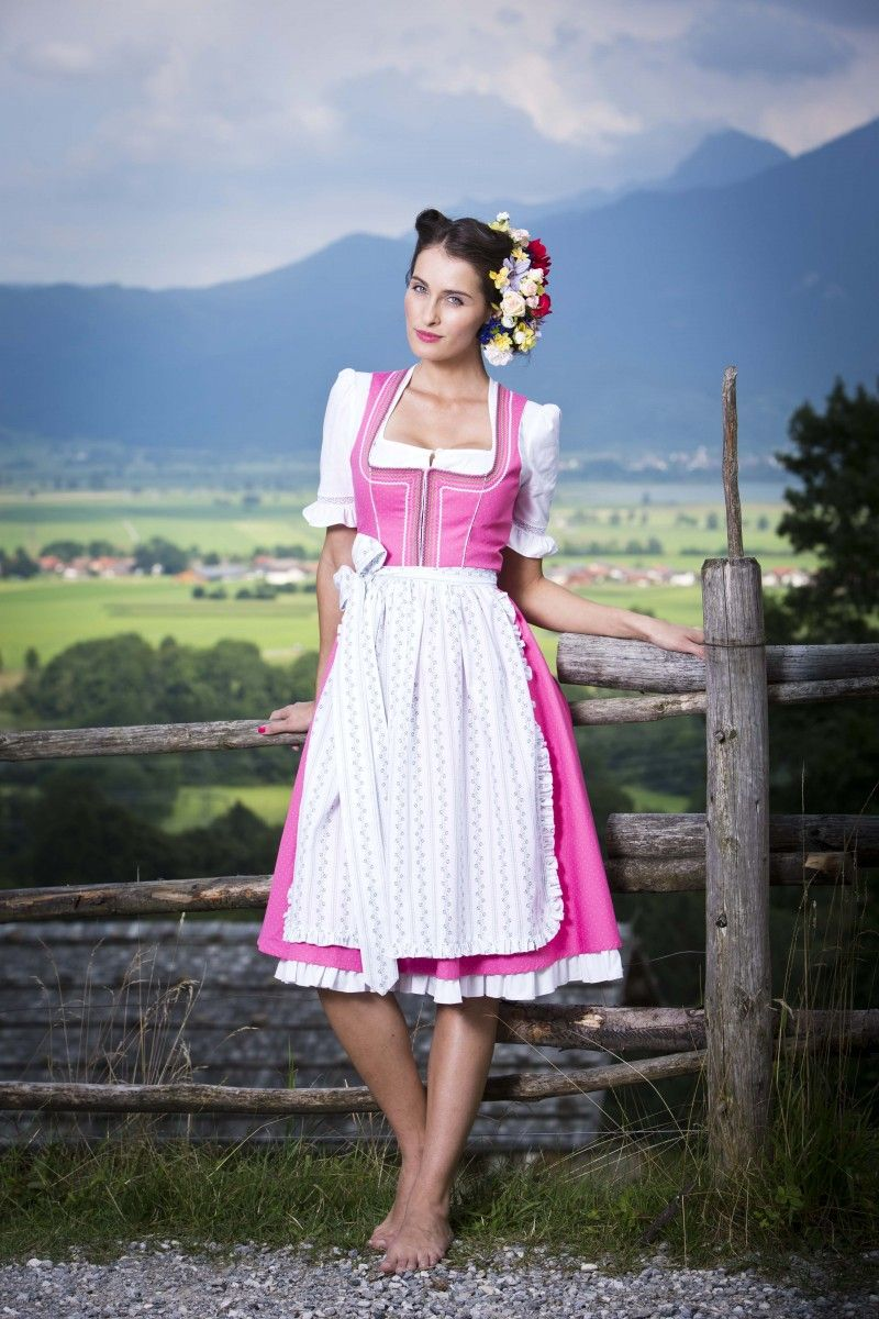 Dieses traumhafte Baumwoll Designer Dirndl Palina von Julia Trentini besticht durch seine Einzigartigkeit und wunderschönen Farbgebung in rosa und weiß. Das freche Dirndl verzaubert uns durch ihre abgesetzten Paspeln und den farblichen Zackenlitzen am Ausschnittbereich [Unser Preis: 329,00€]