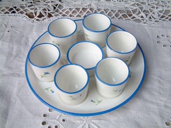 Plato de presentación de servicio huevo vintage francés con bodega de sal. Servicio de desayuno. Servicio suave de huevo.  Casa rural francés chic