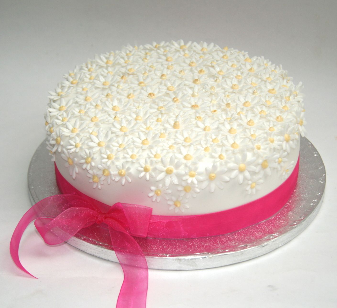 Daisy cakes wedding cakes birthday cakes simple white for Adult birthday cake decoration