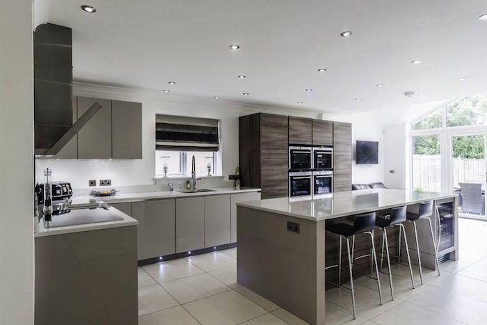 modele cuisine moderne et chaleureuse avec carrelage et ilot central ...