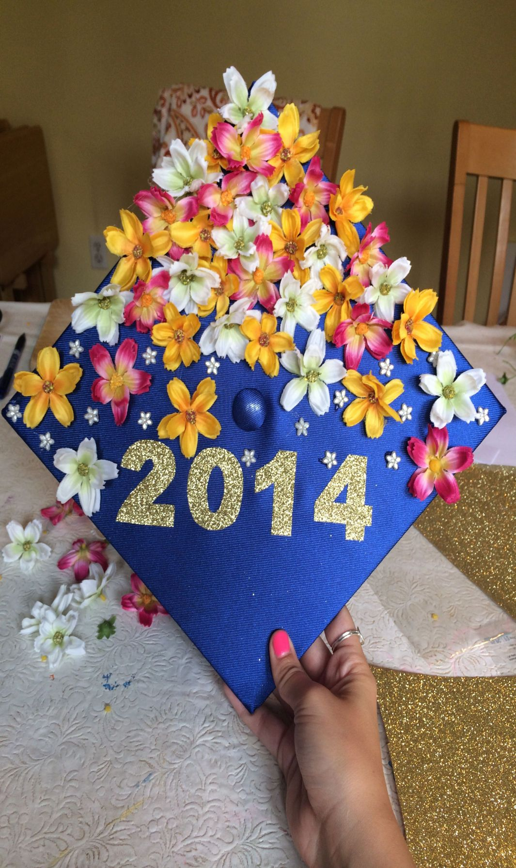 how to decorate graduation cap with flowers