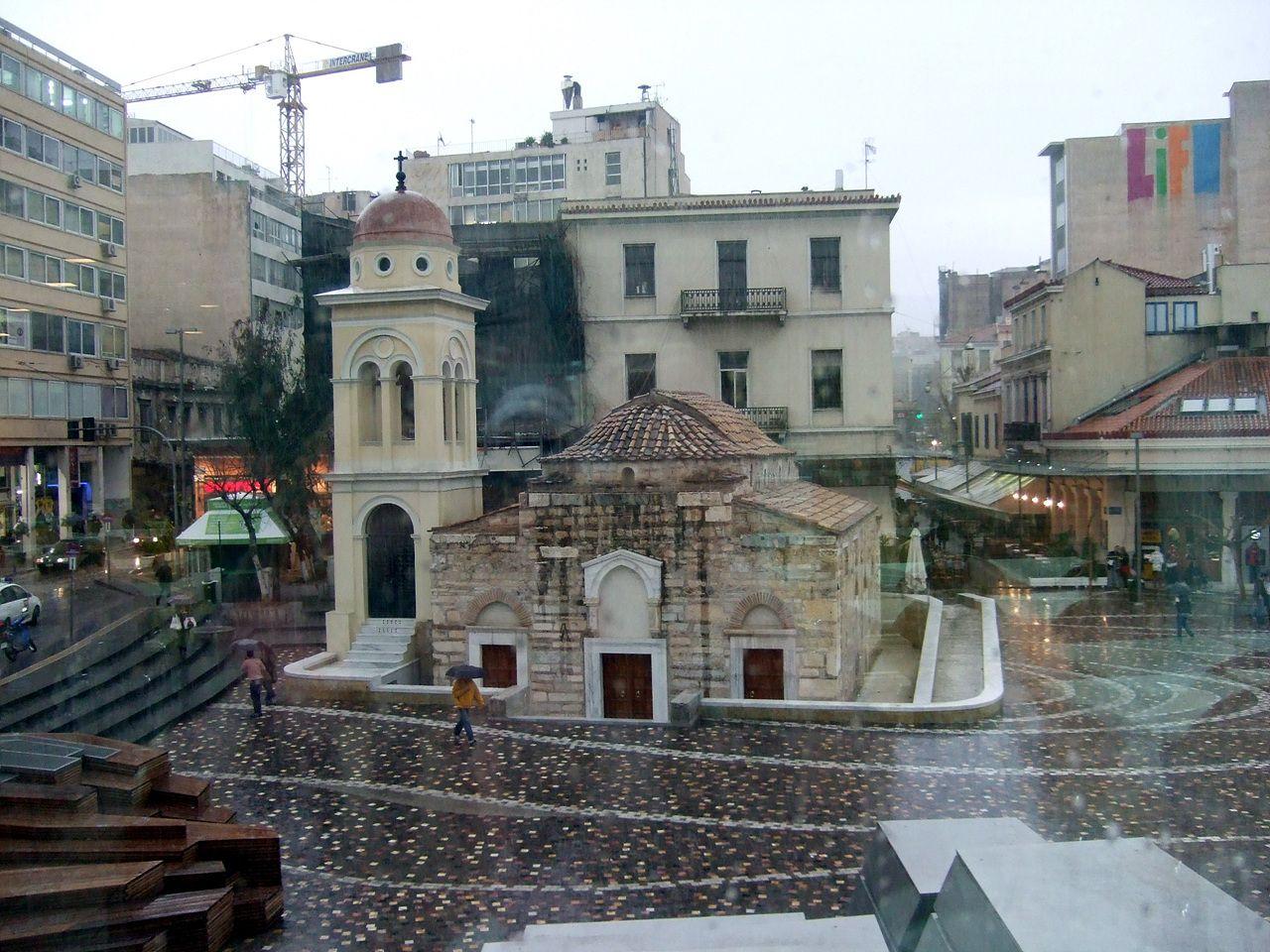 Il vecchio e il nuovo: la chiesetta di Monastiraki sovrastata da una gru.