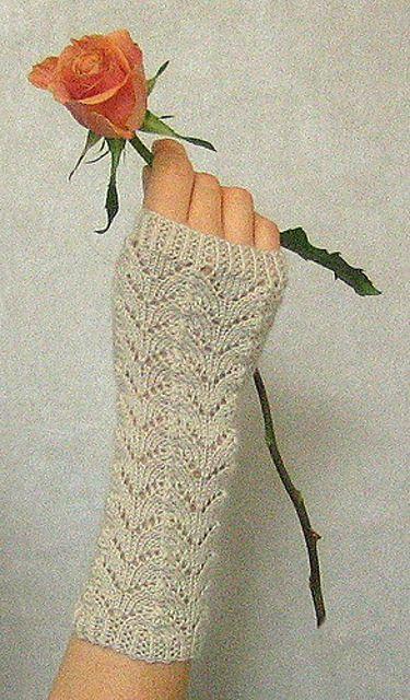 Ravelry: Fishtail wristwarmers pattern by Alexandra Brinck ...