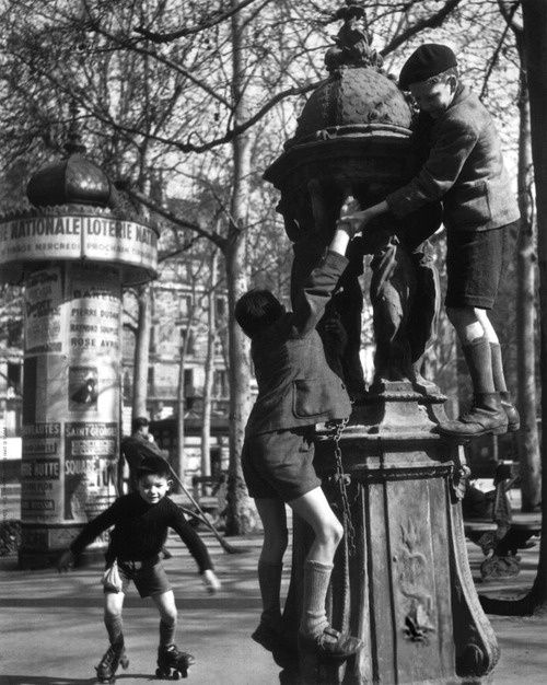Robert Doisneau La Fontaine Wallace Place Saint-Sulpice, Paris, 1946