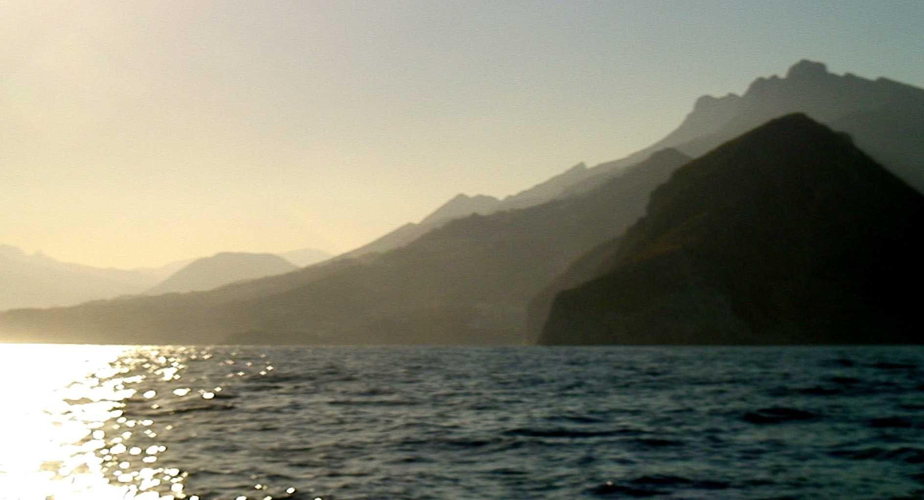 Le rocher de Gibraltar se couche dans l'ombre.