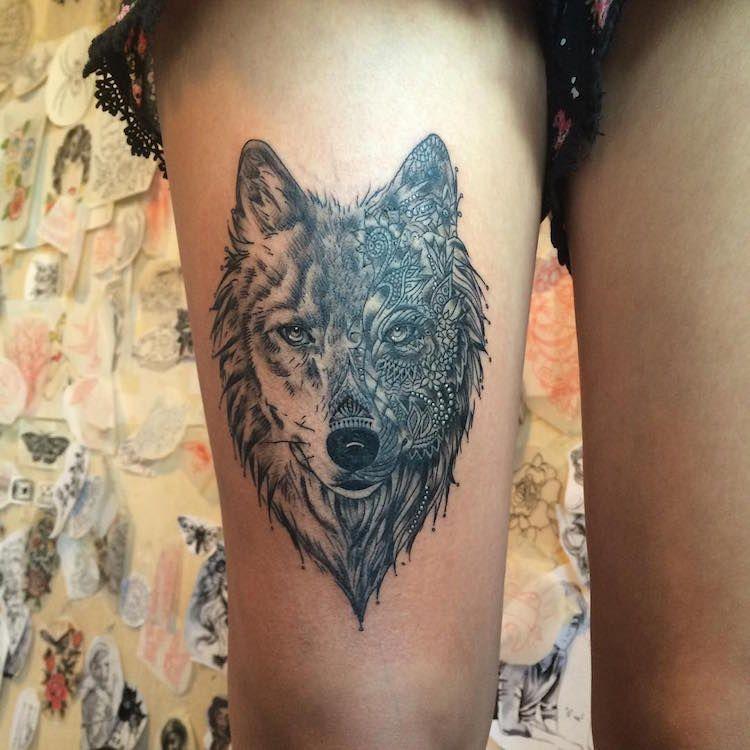 tatouage,loup,femme,cuisse,tête,loup,noir,gris