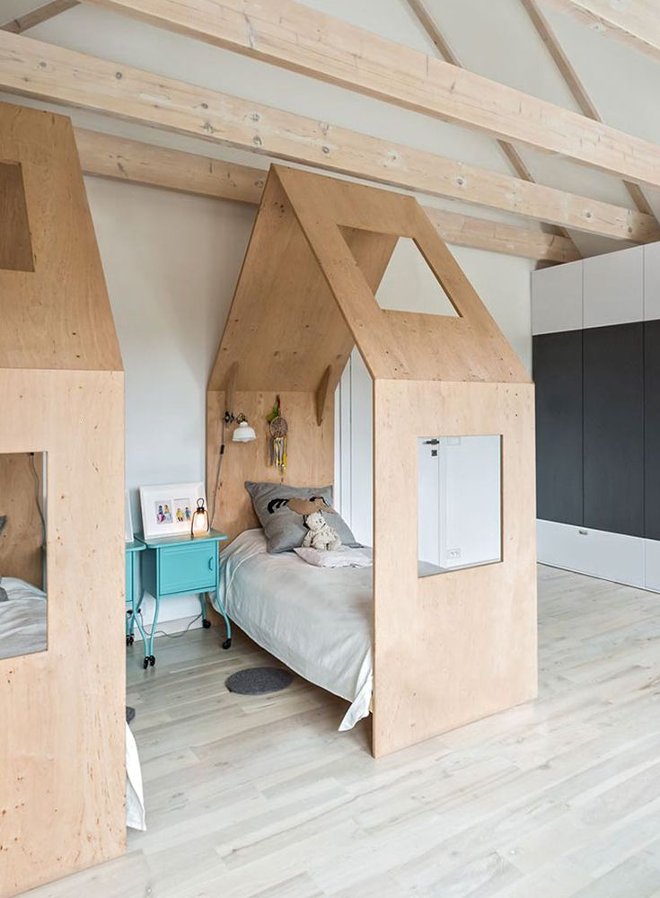 Ein Kinderzimmer aus Holz geschnitzt (mit Bildern