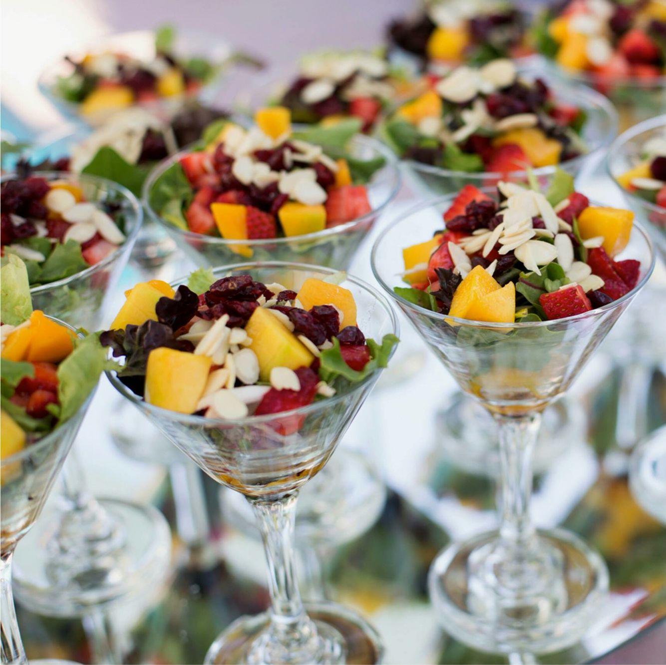 Hlo tips ofrecer en un c ctel una fresca ensalada de frutas colocada en una copa de martini - Como hacer coctel de frutas ...