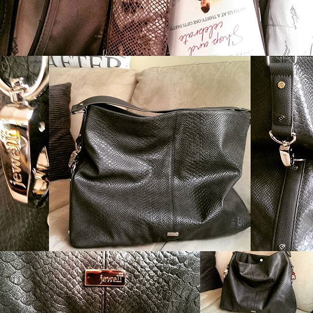 Play games in fashion! Add pizzazz, style, and beauty to your daily routine with this amazing GORGEOUS bag. And ladies, it's massive and customizable! #loveyour31 #loveyourself #shopping #kelowna #fashion  www.mythirtyone.ca/loveyour31