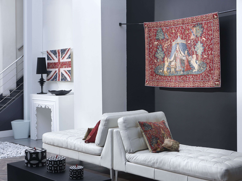 Salon qui allie à la perfection moderne et classique avec deux ...