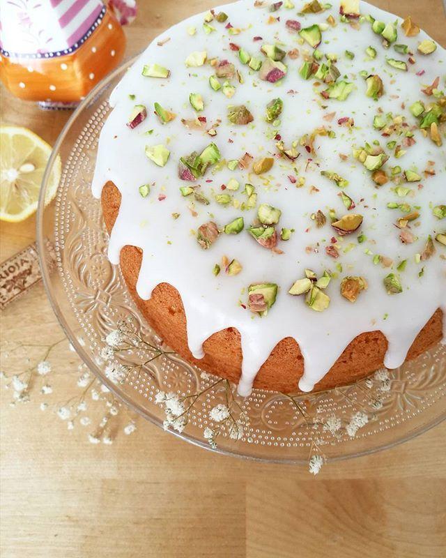 Bizcocho de vainilla con glaseado de limón y pistachos. 💚 Feliz viernes!! 🎉…