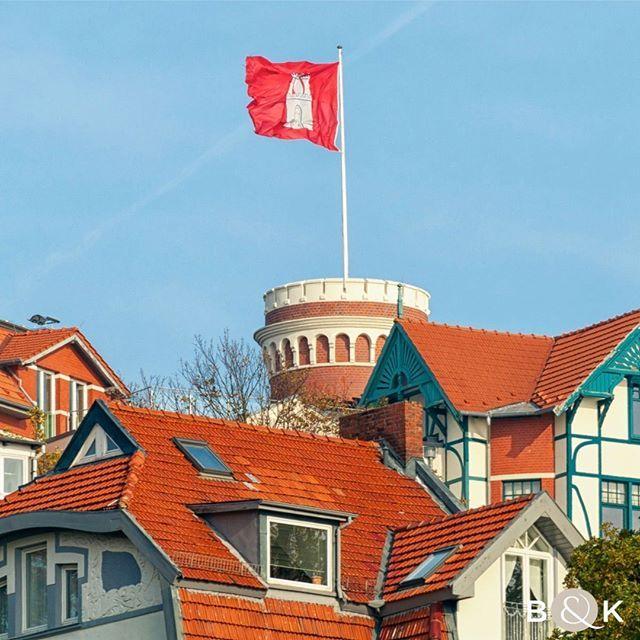 Hamburg Blankenese! Der Turm des Süllbergs über den Dächern des Treppenviertels.⠀⠀ .⠀⠀ .⠀⠀ .⠀⠀ #blankenese #elbe #Hamburg #elbe_river #hamburg_de #hamburg⚓️ #hamburg_city_of_dreams #hamburgcity #hamburgahoi #hamburgblogger #hamburgliebe #hamburgmeineperle #hamburgfotografiert #buchenkoob #finestrelaestate #luxurylisting #luxusimmobilien #immobilien #luxuryrealestate #luxusimmobilienmakler #buchenkoob #realestateagent #realestate #welovehamburg #süllberg #blankeneseliebe #blankenesestrand